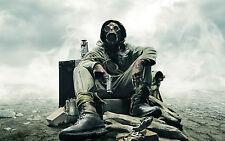 Affiche A4 – homme armé portant nuclear biological chemical protection costume (art)