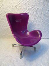 Petite chaise en plastique mauve et en métal