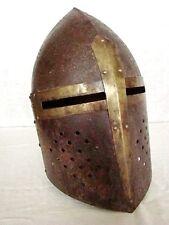 reproduction d'un heaume de chevalier en tôle d'acier