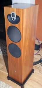 Linn Majik 140 Speakers In Walnut (£1800 new) with upgraded bases (£430 new)