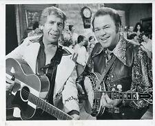 BUCK OWENS ROY CLARK PLAY BANJO GUITAR PORTRAIT HEE HAW ORIG 1976 TV PRESS PHOTO