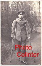 Photo-carte : bléssé Allemand convalescent en uniforme avec béquilles