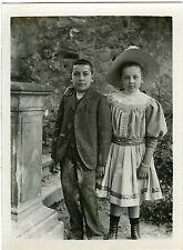 PHOTO snapshot  deux enfants posent dans un jardin mode fashion CA 1910
