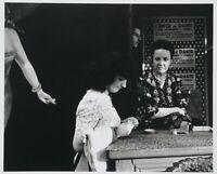 Lutz Dille, Original Fotografie 1951/88, signiert, Paris-Kassendamen