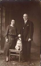 photo-carte couple avec chien sur une chaise foto avotin Riga Lettonie Nomeinu