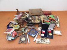 joli lot d objets de vitrines brocantes médailles bijoux boites coupe papier....