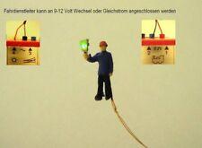 (VF01) Fahrdienstleiter gibt Abfahrtsignal Figur beleuchtet Spur Z ( 1:220 )