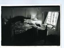 PHOTO noir & blanc ENGLAND scène de genre La chambre d'hôtel le litTHE TRIP