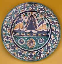 Plat à la caravelle, mokhfia, Maroc, Fès, Faïence - 27 cm.
