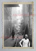 MAN BACK ALLEY STREET BUILDING ROADSIDE B&W Vintage HONG KONG Photo 28917 香港旧照片