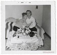 altes Foto / vintage photo 1958 – Paar auf dem Sofa, verliebter Blick
