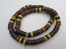 A BROWN & YELLOW HEISHE SHELL & COCO BEAD STRETCH NECKLACE.