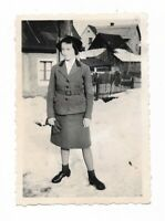 Foto, Frau in Tracht, Uniform, Häuser,