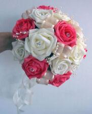 Fiori, petali e ghirlande bouquet avorio per il matrimonio