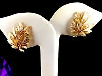 PERFECT FALL VINTAGE 60'S CROWN TRIFARI GOLD-TONE FLORAL TEXTURED CLIP EARRINGS
