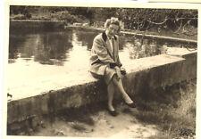 Femme assise parapet muret bassin - photo ancienne amateur an. 1940 50