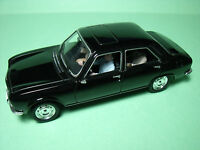 PEUGEOT  504  BERLINE  UNIVERSAL  HOBBIES  DIE CAST  1/43  AVEC  3  FIGURINES