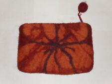 porte monnaie avec fleur orange sur fond marron rouille