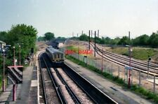 PHOTO  1999 MITCHAM JUNCTION RAILWAY STATION A CLASS 319 'THAMESLINK' TRAIN IS A