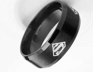 très belle bague logo Superman alliance acier titane noir largeur de 8 mm  .B...