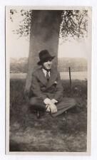 PHOTO ANCIENNE ANONYME Homme Man Gay Interest 1930 Chapeau Arbre Jambes croisés