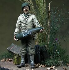 Djiti's 1/35 US Soldier holding 90mm Ammunition WWII [Resin Figure Model] 35065
