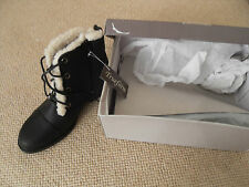 Trueform faux sheepskin lined lace up  low heeled black boots Size 5
