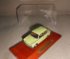 Trabant 1,1 BERLINA Atlas 1:43 con protezione dalla polvere cappa su legno Socket 17