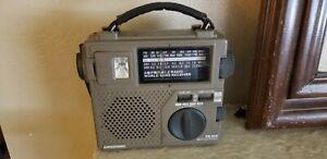 GRUNDIG FR-200 Emergency AMFM Radio Hand Crank World Band Receiver Flashlight