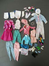 A/ Lot de vêtements anciens Barbie vintage avec accessoires chaussures sac etc