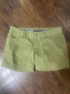 Under Armour Women's Medium SHORTS Size 8 Olive Green Very Nice