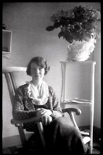 Portrait femme assise fauteuil  - Ancien négatif photo an. 1930