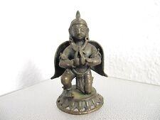 alte Bronze China - knieende Figur im Gefieder - olde bronze figure China