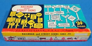 VINTAGE PLASTICVILLE BACHMANN BROTHERS 24 WHITE RAILROAD AND YELLOW STREET SIGNS