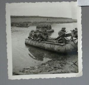 altes Foto 2.WK Soldaten im Schlauchboot beim übersetzen