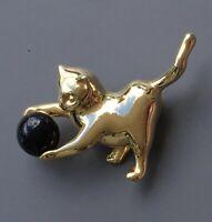 Vintage   Cat brooch pin in gold tone metal