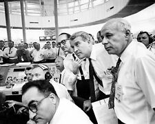 WERNHER VON BRAUN & OTHER NASA OFFICIALS EXAMINE PLOT BOARDS 8X10 PHOTO (AA-751)
