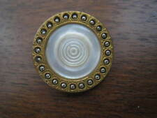 Bouton ancien métal centre nacre ciselée  23 mm collection