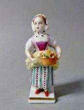 (G1495) Sitzendorf Porzellan Figur, Mädchen mit Blumenkorb, Höhe ca.10,3 cm