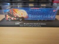 (P7) Herpa LKW H0 1:87 Scania 144 TL Ausstellungs-Koffersattelzug LBS
