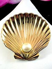 LOVELY 1970'S TRIFARI TM GLOSSY GOLD-TONE FAUX PEARL CLAM SHELL NAUTICAL BROOCH