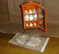 schönes Set, Vitrine, Teppich und Geschirr  Miniatur 1:12 Puppenhaus