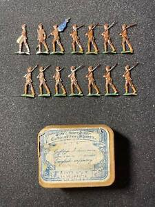 Flat tin soldiers, 14 soldiers, In a historical box.