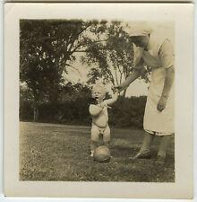 PHOTO ANCIENNE - VINTAGE SNAPSHOT - ENFANT JOUET BALLON PELLE INFIRMIÈRE DRÔLE