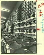 1981 Press Photo Canned goods on supermarket shelf - hcx21623