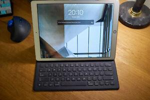 Apple iPad Pro, 1st Gen (256GB, Wi-Fi, 12.9 inch, Gold) + genuine Apple keyboard