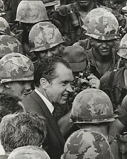 PRESIDENT RICHARD NIXON & American Troops in Vietnam 1969 - AGENCY PHOTO