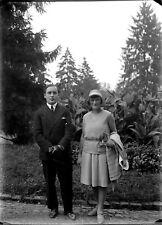 Jeune couple homme femme debout parc ancien négatif photo plaque verre c.1930