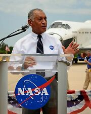 CHARLES BOLDEN NASA ADMIN. w/ KSC EMPLOYEES AFTER STS-135 - 8X10 PHOTO (BB-320)