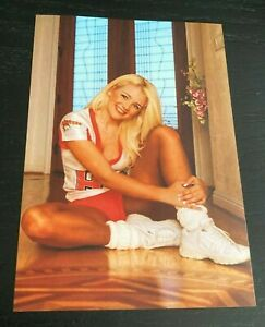 4x6 GLOSSY PHOTO ~ Sexy Busty Blonde HOOTERS BABE posing ~ legs candid (#V330)